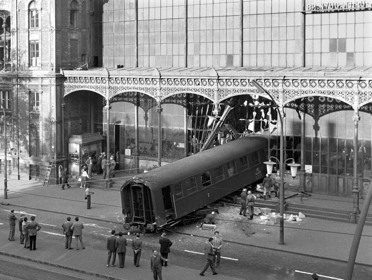 Budapest, 1962. október 4. Október 4-én a kora délutáni órákban egy tolató szerelvény utolsó kocsija áttörte a Nyugati pályaudvar homlokzati részét és a járdára gördült. A komoly anyagi kárral járó baleset emberéletet nem követelt. MTI Fotó: Mikó László