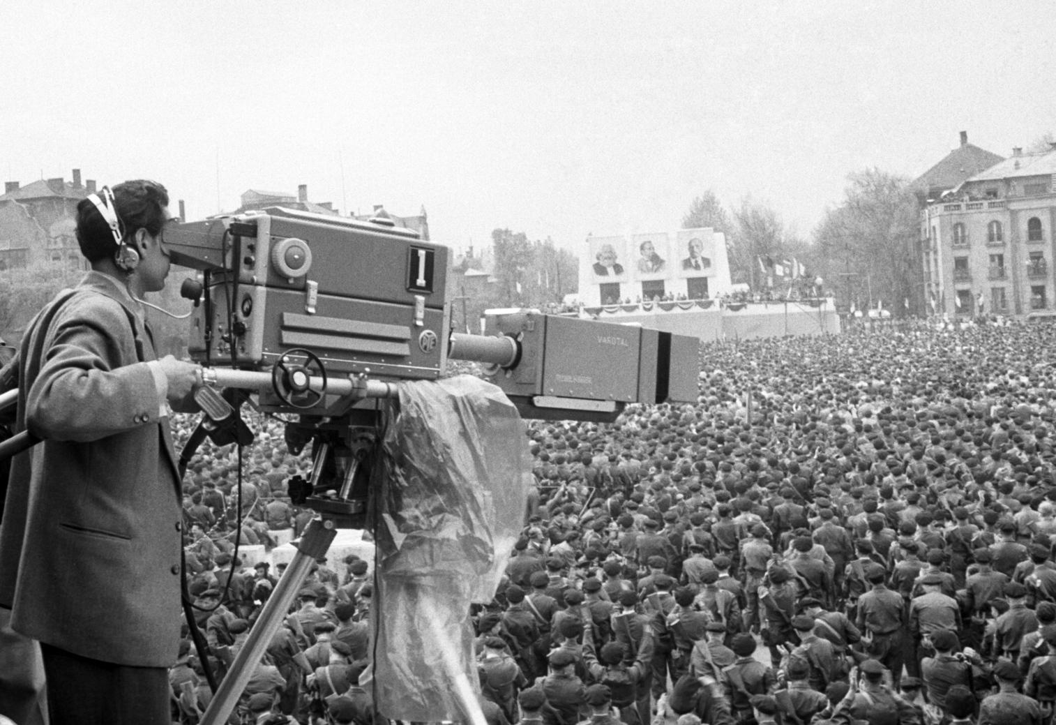 Budapest, 1957. május 1. A Magyar Televízió operatőre élőben közvetíti a Magyar Szocialista Munkáspárt Központi Bizottságának (MSZMP KB) ünnepi nagygyűlését a Hősök teréről 1957. május 1-jén. Ezzel az élőben sugárzott adással kezdte meg hivatalosan működését a Magyar Televízió. A háttérben, a dísztribün fölött: Marx, Engels és Lenin portréi. MTI Fotó: Fényes Tamás