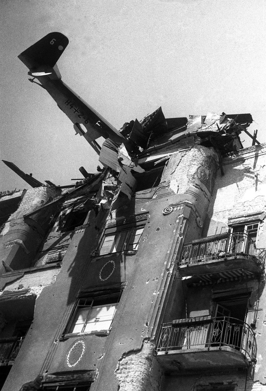 Budapest, 1945 Vitorlázó repülőgép a budapesti Attila út 37. számú lakóház tetején. Dokumentumkép Budapest ostromáról.  MTI Fotó: Bojár Sándor