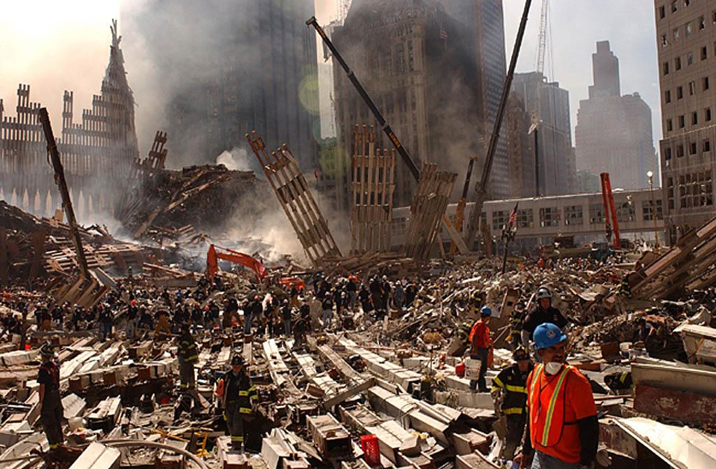 A Rendkívüli Helyzetek Szövetségi Hivatalának 2001. szeptember 13-i képe, amelyen tűzoltók és mentők túlélők után kutatnak a New York-i Világkereskedelmi Központ még mindig füstölő romjai között. A központ 110 emeletes ikertornyai szeptember 11-én dőltek össze, miután nekikhajtott két eltérített utasszállító repülőgép. (MTI/EPA/Pool/Andrea Booher)