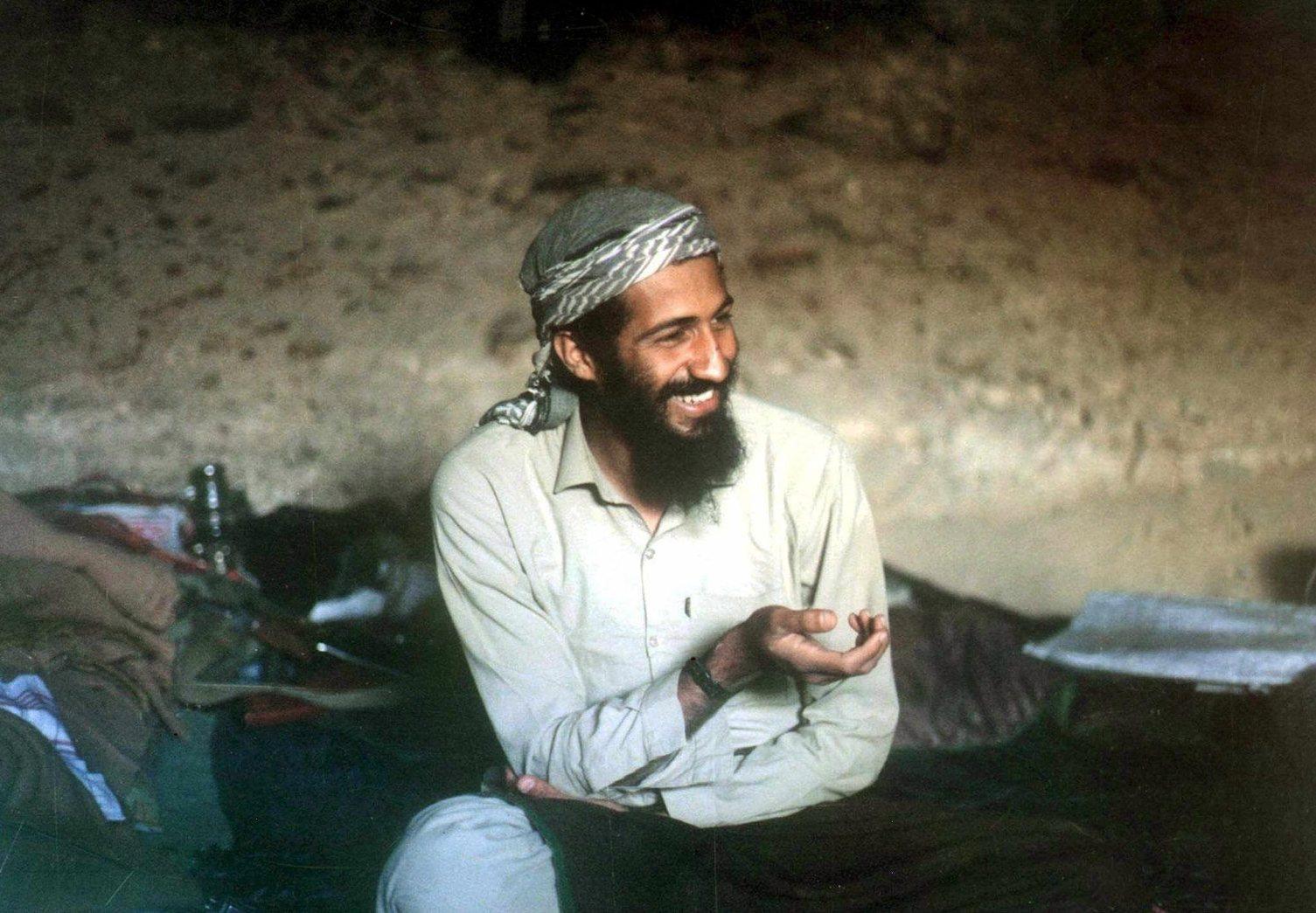 2006. szeptember 23. 1988-ban az afganisztáni Dzsalalábád vidékén található barlangban készült felvétel Oszama bin LADEN, az al-Kaida nemzetközi terrorhálózat vezetőjéről. A francia L'Est Republicain című regionális napilap információi szerint szaúdi titkosszolgálati források arról tájékoztattak, hogy a terrorista vezér 2006. augusztusában tífuszroham következtében meghalt. Az újság írását egy, a francia titkosszolgálatnak küldött titkos dokumentumra alapozza. (MTI/EPA/STR)
