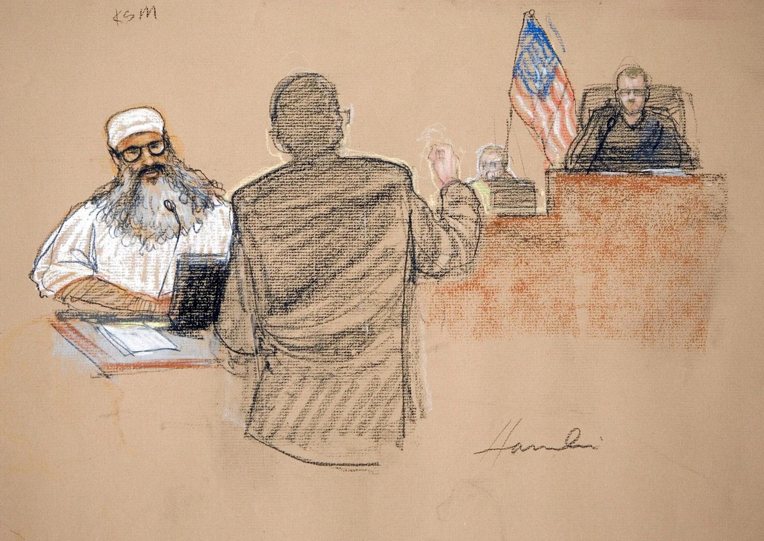Guantánamo, 2008. június 6. Bírósági rajzoló által készített kép a 2001. szeptember 11-i egyesült államokbeli repülőgépes terrortámadások értelmi szerzőjének tartott Hálid SEJK MOHAMED-ről (b), amint első bírósági meghallgatásán vesz részt a guantánamói amerikai haditengerészeti támaszponton 2008. június 5-én. Ezen a napon kedődött meg Sejk Mohamed és négy társa perének tárgyalása Guantánamón. (MTI/EPA/Janet Hamlin)