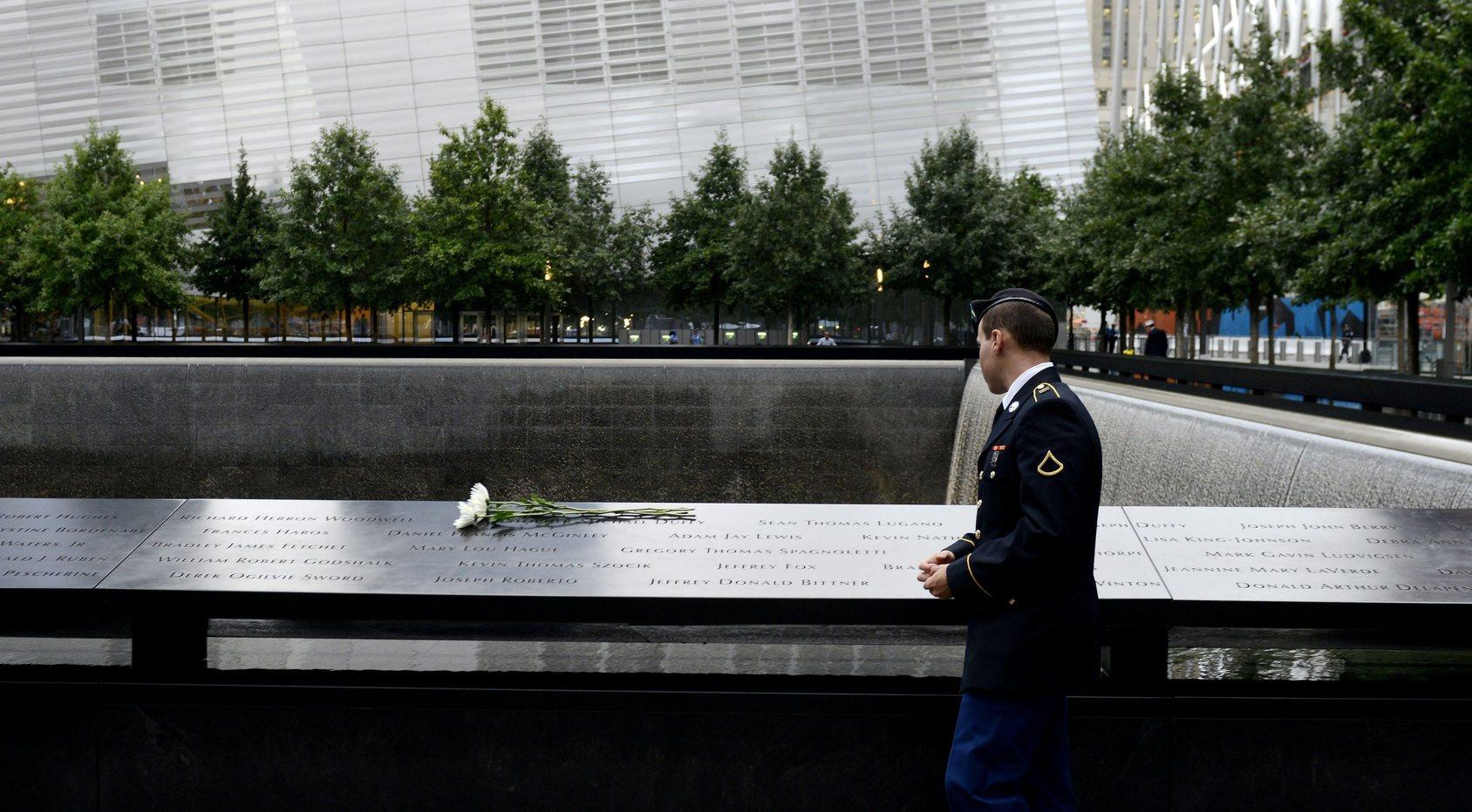 New York, 2015. szeptember 11. Egy katona az egyik toronyház helyén lévő medencének az áldozatok nevével díszített fala mellett az al-Kaida nemzetközi iszlámista terrorszervezet tagjai által eltérített utasszállító repülőgépekkel lerombolt New York-i Világkereskedelmi Központ ikertornyainak helyén épült Szeptember 11. Nemzeti Emlékhelyen 2015. szeptember 11-én, az Egyesült Államok elleni 2001. szeptember 11-i repülőgépes terrortámadások tizennegyedik évfordulóján. (MTI/EPA/Justin Lane)
