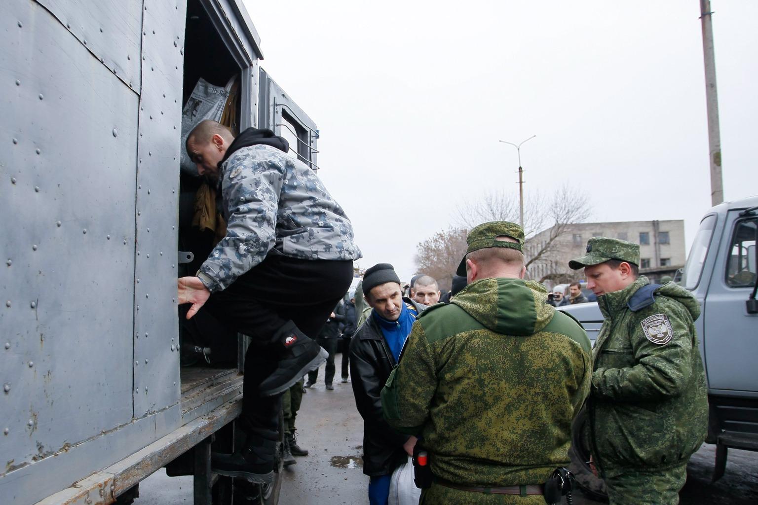Fogolycsere Ukrajnában (MTI/EPA/Alekszandr Jermocsenko)