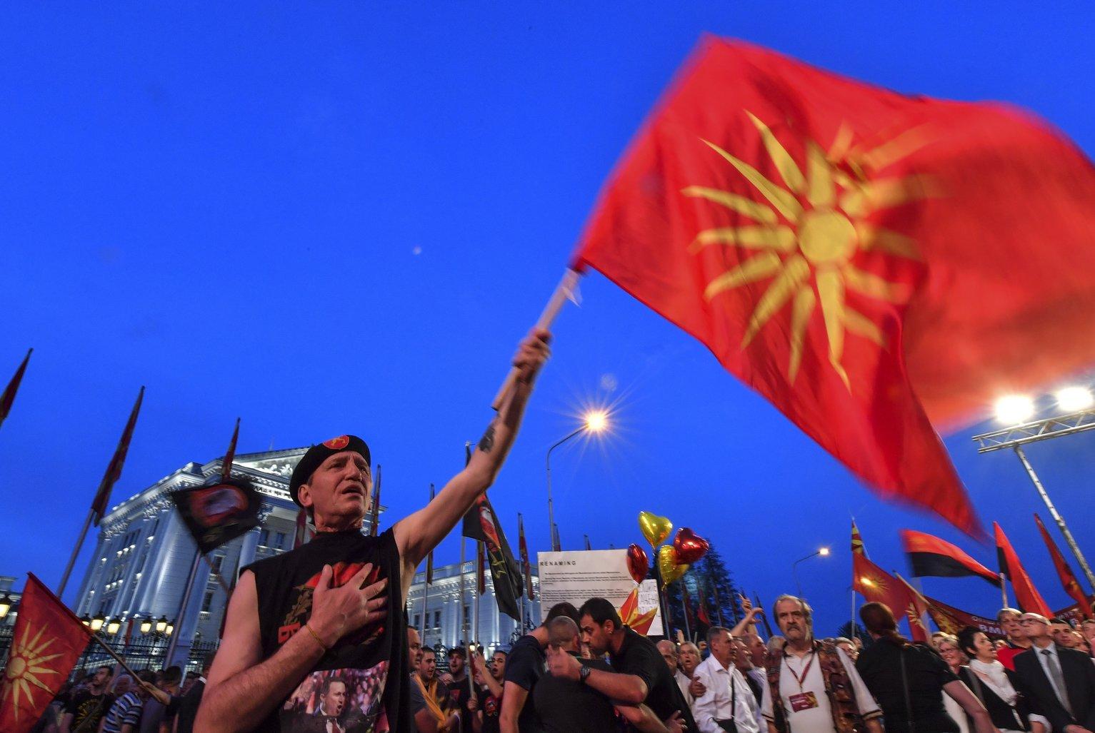 A macedón ellenzéki konzervatív Belső Macedón Forradalmi Szervezet-Macedón Nemzeti Egység Demokratikus Pártja, a VMRO-DPMNE pártszövetség kormányellenes tüntetése a szkopjei kormányépület előtt 2018. június 2-án. A tüntetők az ország nevének megváltoztatása ellen tiltakoztak és előrehozott választások kiírását követelték. (MTI/EPA/Georgi Licovszki)