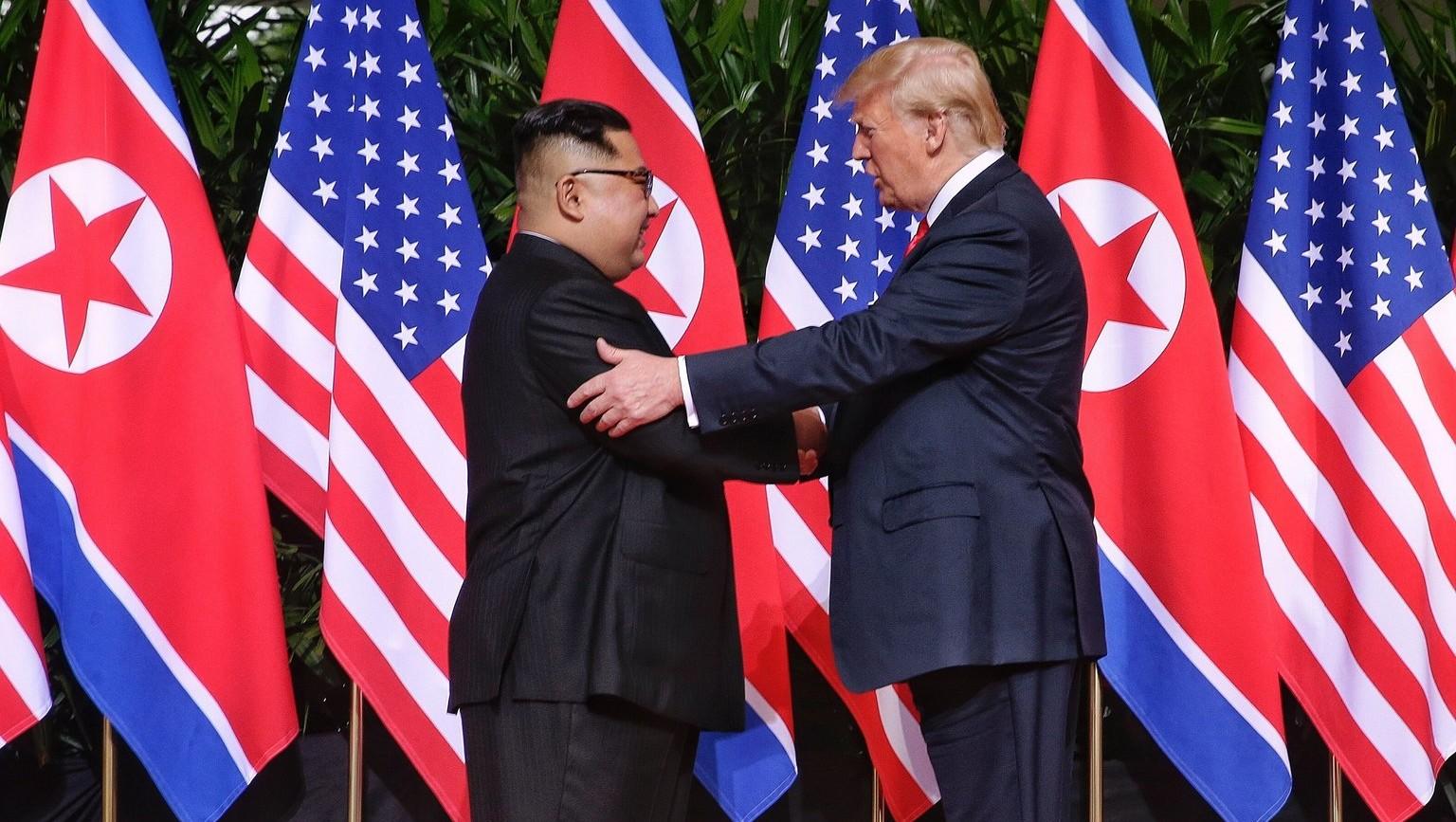 Kim Dzsongun, észak-koreai vezető és Donald Trump, amerikai elnök kezet fog a szingapúri Sentosa szigeten fekvő Capella Hotelben tartott csúcstalálkozójukon 2018. június 12-én (Fotó: MTI/EPA/The Straits Time/Kevin Lim)