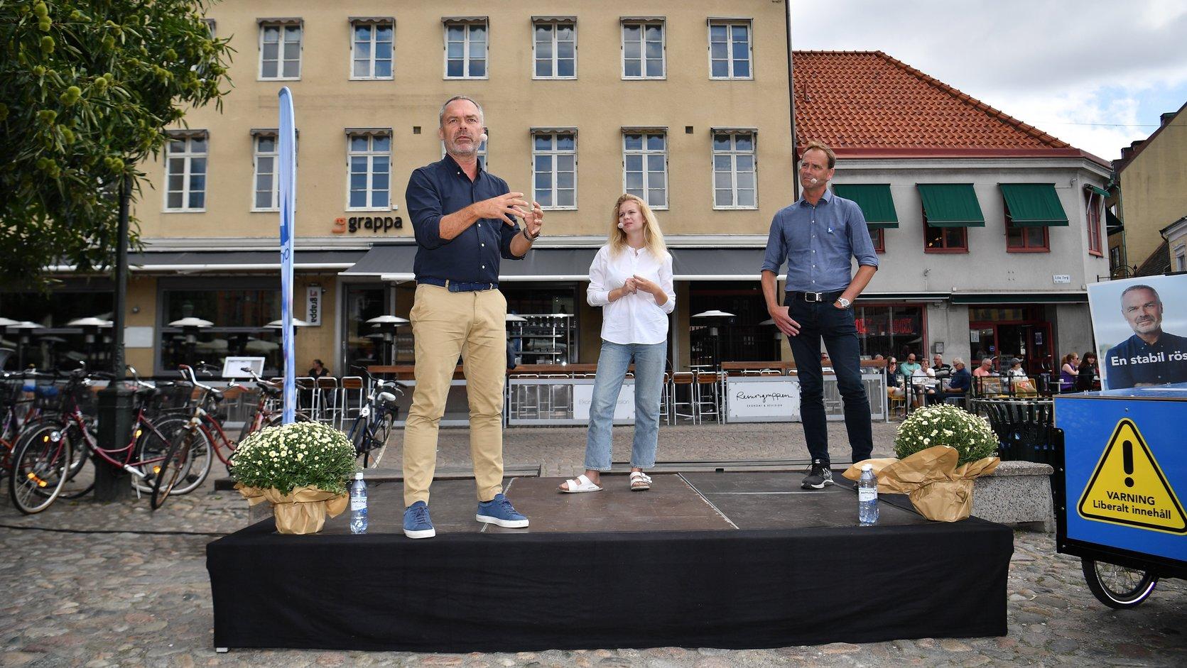 Jan Björklund, a Liberálisok párt vezetője (b) Malmöben kampányol 2018. szeptember 3-án (Fotó: MTI/EPA/Johan Nilsson)