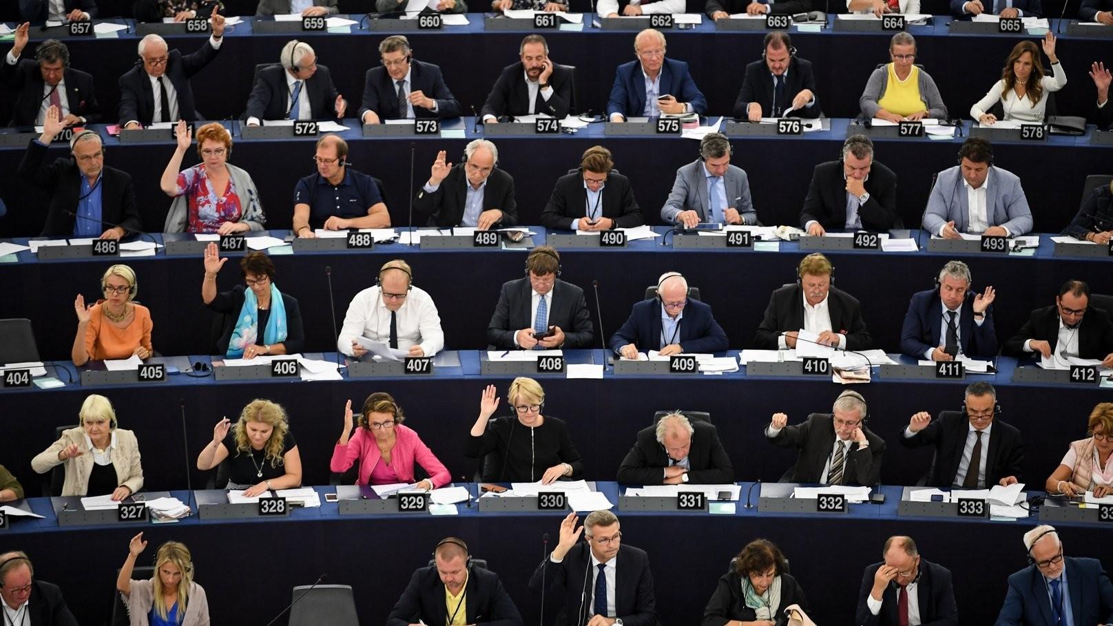 Az Európai Parlament képviselői szavaznak a Sargentini-jelentésről a parlament plenáris ülésén, Strasbourgban 2018. szeptember 12-én – Az Európai Parlament képviselői szavaznak a Sargentini-jelentésről a parlament plenáris ülésén, Strasbourgban 2018. szeptember 12-én. A képviselők a magyar jogállamisági helyzetről szóló különjelentést 448 igen szavazattal, 197 ellenében, 48 tartózkodás mellett fogadták el (Fotó: MTI/EPA/Patrick Seeger)