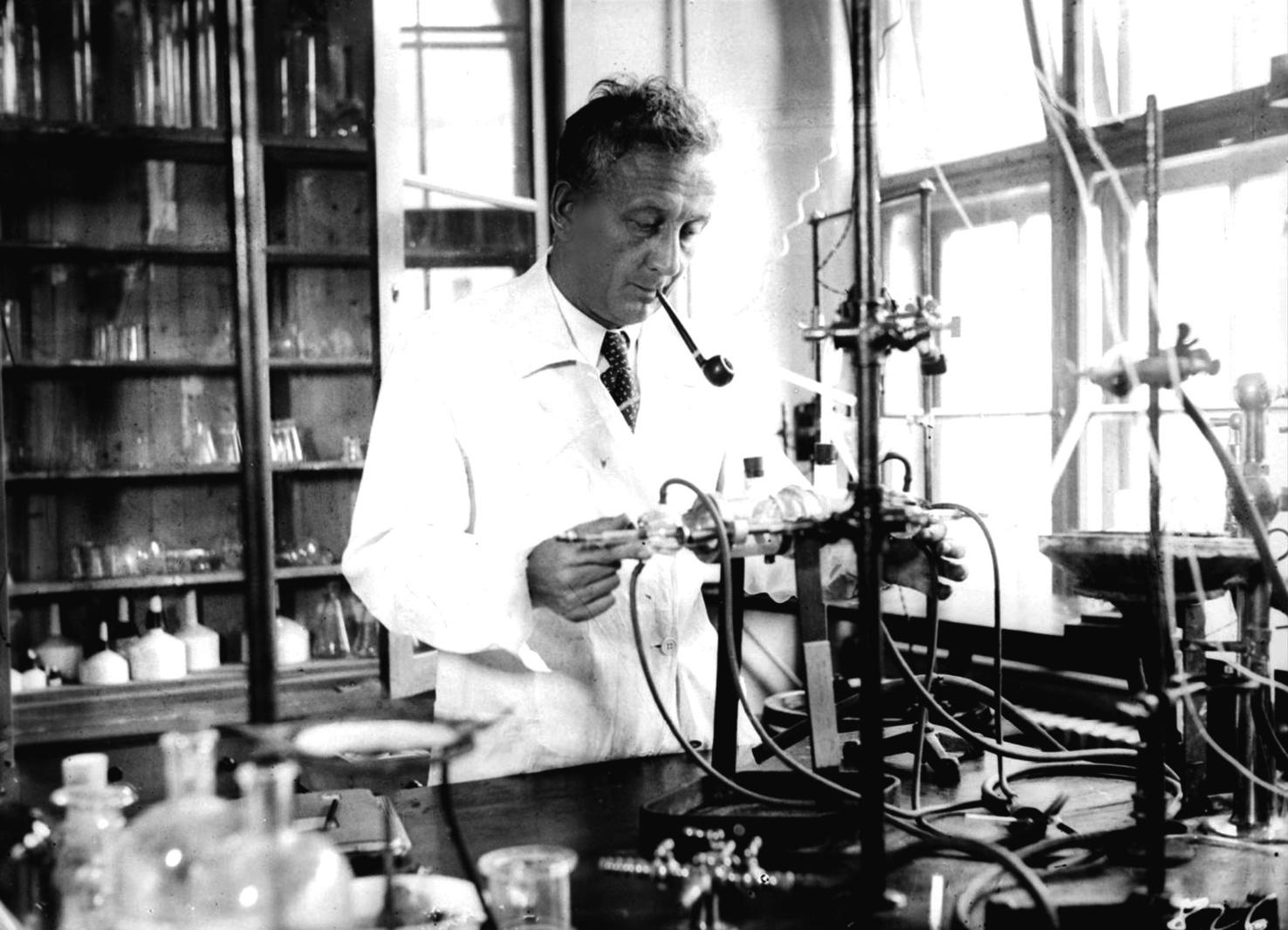 Szeged, 1930-as évek Szent-Györgyi Albert biokémikus szegedi laboratóriumában dolgozik. A felvétel készítésének pontos dátuma ismeretlen. MTI Fotó: Bojár Sándor