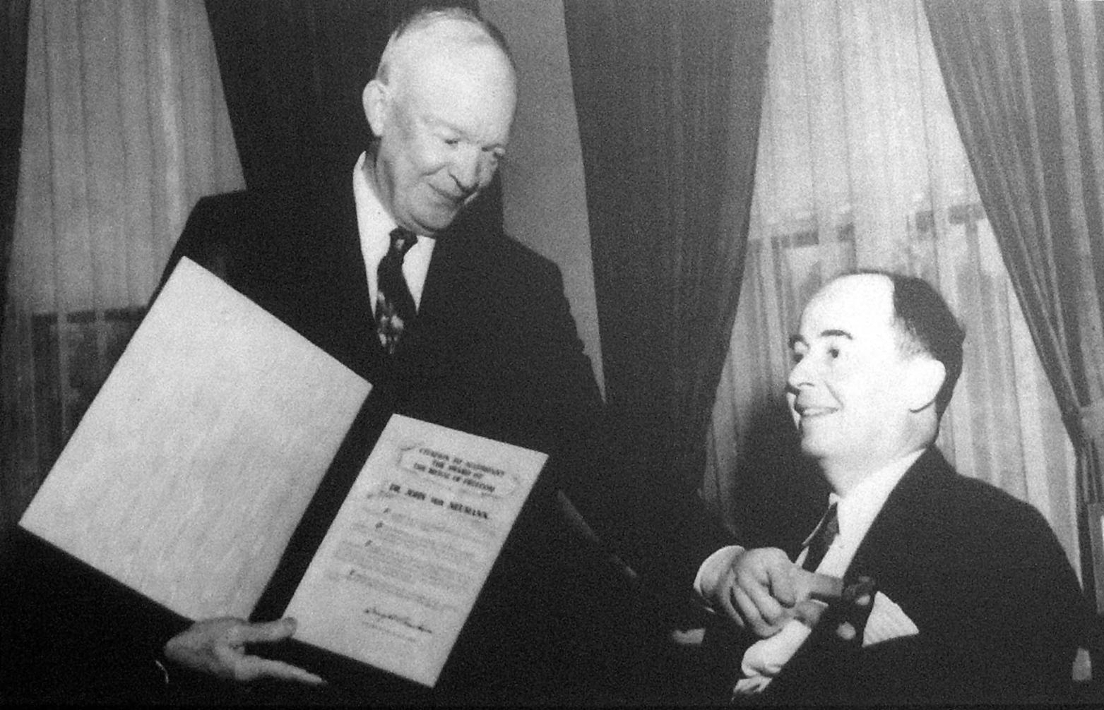 Washington, 1956. Dwight Eisenhower amerikai elnök (b) a Szabadság érdemrendet (Medal of Freedom) adományozza Neumann János matematikusnak. Az eredeti felvétel készítésének pontos dátuma ismeretlen. MTI Fotó: Reprodukció A reprodukciót készítette: Rózsahegyi Tibor