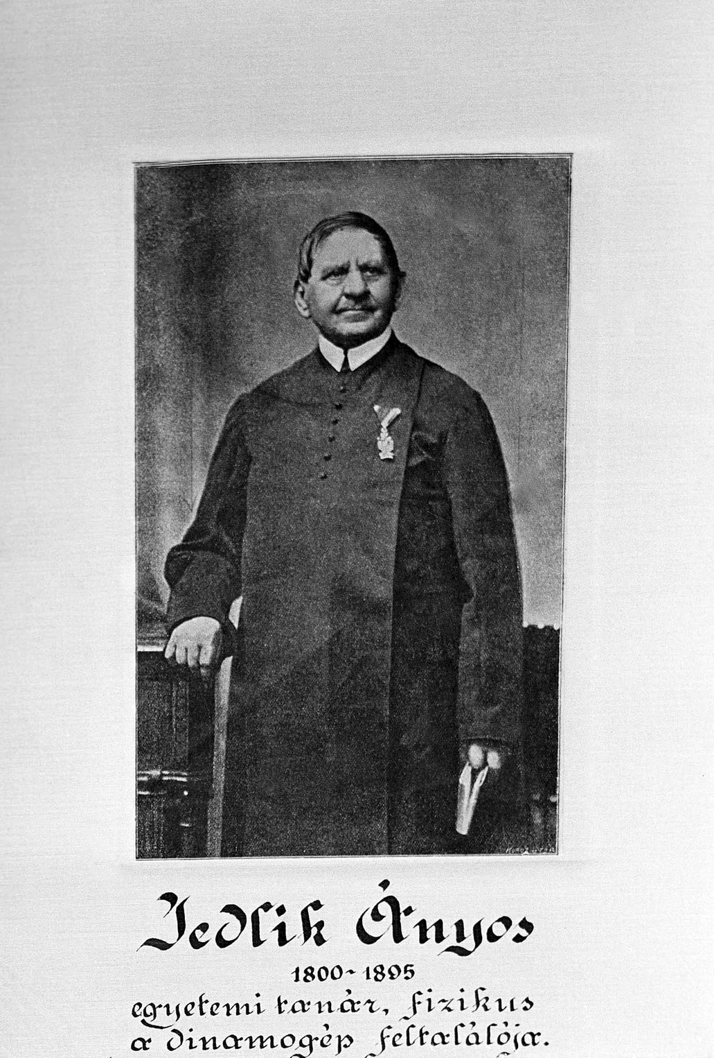 Budapest, 1920-as/1930-as évek Jedlik Ányos (1800-1895) fizikus, egyetemi tanár, a dinamógép feltalálója, a Magyar Tudományos Akadémia tagja; 1826-ban szerkesztett szódavízgyártó gépe alapján jött létre az első hazai szikvízüzem. A felvétel készítésének pontos ideje ismeretlen. MTI Fotó: Haár Ferenc