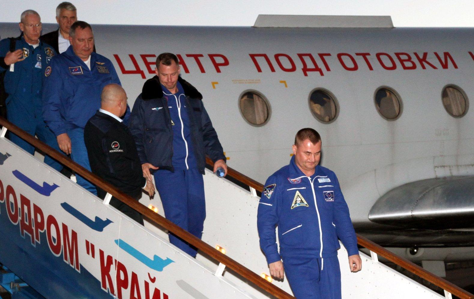 Alekszej Ovcsinyin orosz (j) és Nick Hague amerikai űrhajós (j2) megérkezik a kazahsztáni Bajkonur Krajnyij repülőterére 2018. október 11-én (Fotó: MTI/EPA/Roszkozmosz)