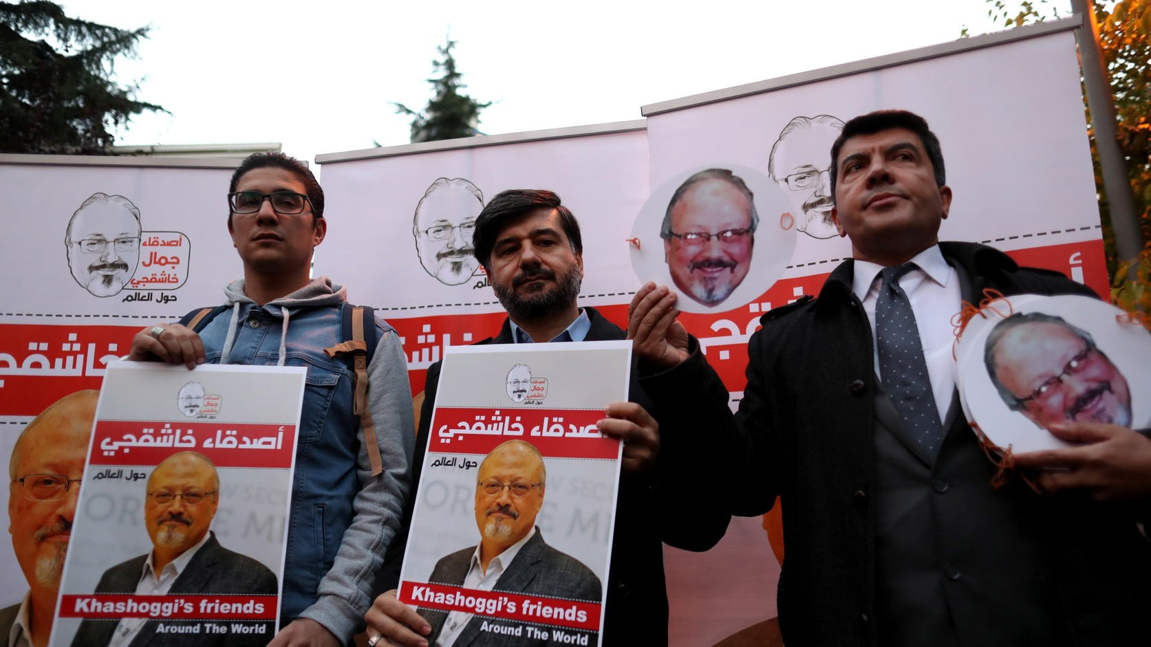 Isztambul, 2018. október 25. Dzsamál Hasogdzsi szaúd-arábiai újságíró portréjával tiltakoznak az újságíró meggyilkolása ellen Szaúd-Arábia törökországi konzulátusánál Isztambulban (MTI/EPA/Erdem Sahin)