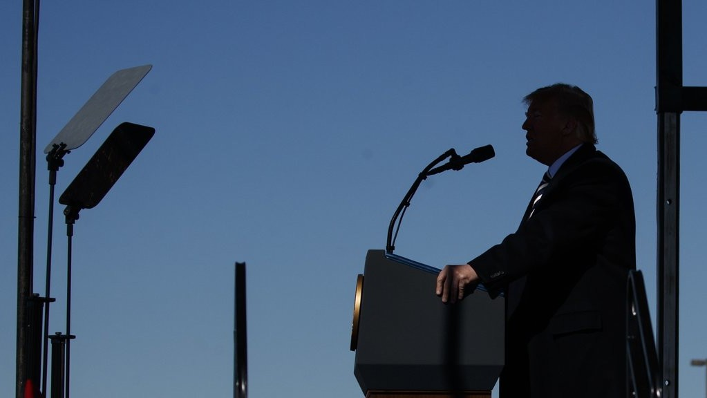 Donald Trump amerikai elnök egy választási kampányrendezvényen a Nevada állambeli Elkóban 2018. október 20-án. A félidős kongresszusi választásokat novemberben rendezik az Egyesült Államokban. Trump ezen a napon bejelentette, hogy az Egyesült Államok felmondja a közepes hatótávolságú nukleáris erőkről szóló megállapodást (INF), mivel Oroszország megsérti az 1987-ben aláírt egyezményt. MTI/AP/Carolyn Kaster