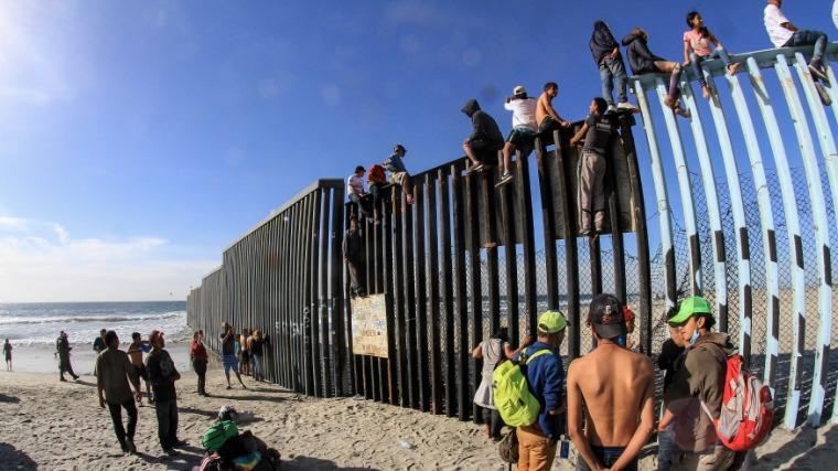 Biden leállította, a texasi kormányzó tovább építené a mexikói határfalat