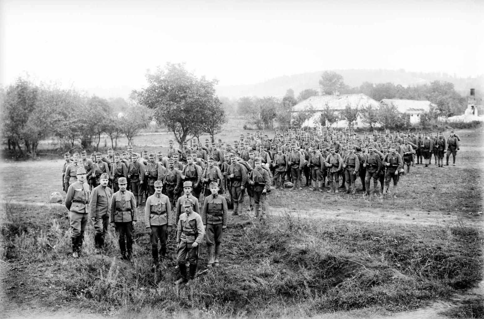 Magyar gyalogos katonai alakulat menetel az I. világháború idején. A felvétel készítésének pontos helyszíne és dátuma ismeretlen. MTI Fotó: -