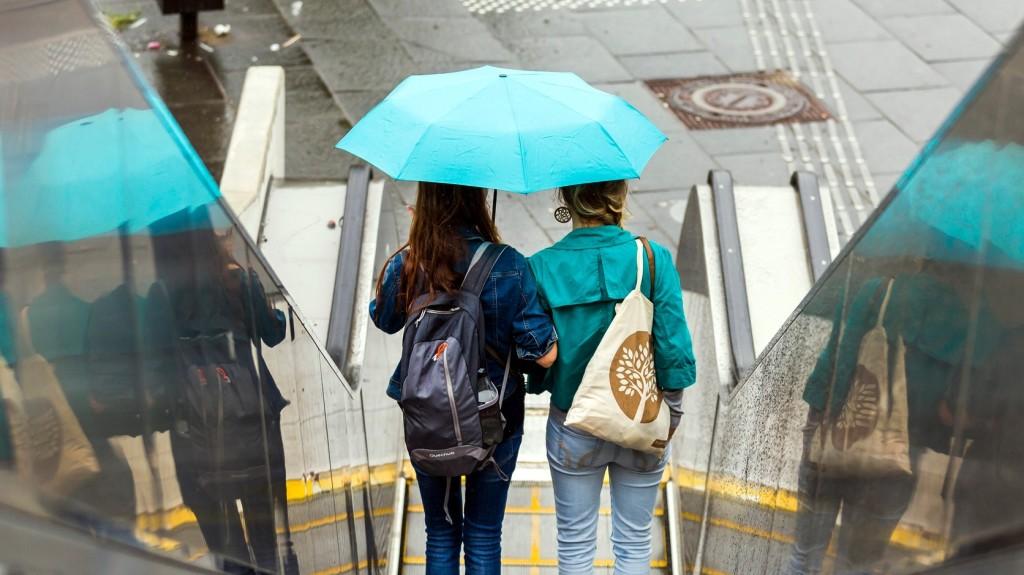 Néhány napig még hasznát vehetjük az esernyőknek