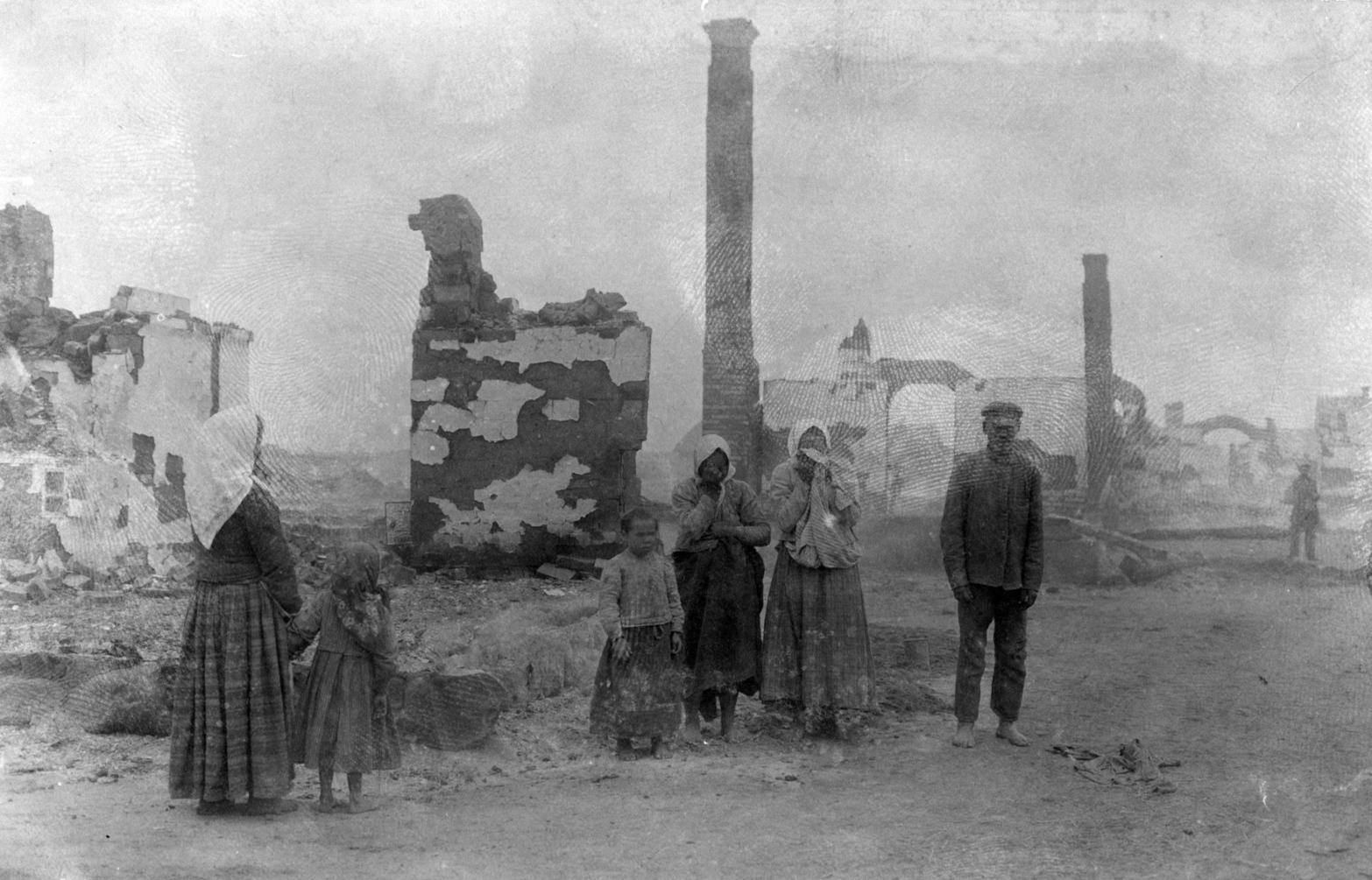 Uhoveck, 1916. október  Asszonyok sírnak az első világháborúban lerombolt házuk romjainál Uhoveckben (ma Ukrajna). MTI Fotó: Bóra Gyula