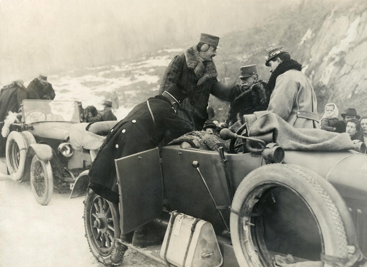 Isonzo, 1916. november 1. Az Osztrák-Magyar Monarchia trónörököse, a későbbi IV. Károly császár és magyar király (az álló fülvédős) az olaszországi fronton harcoló alakulatok csapatszemléjére indulóban. MTI Fotó: -