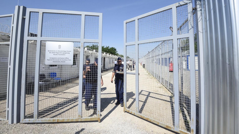Rendőrök hajtják be a röszkei tranzitzóna kapuját – képünk illusztráció (Fotó: MTI/Kelemen Zoltán Gergely)