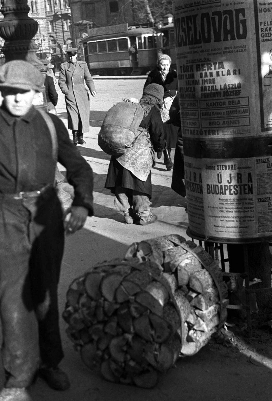 Budapest, 1946. február 14. Tűzifát árusítanak a Nyugati téren. MAFIRT felvétel