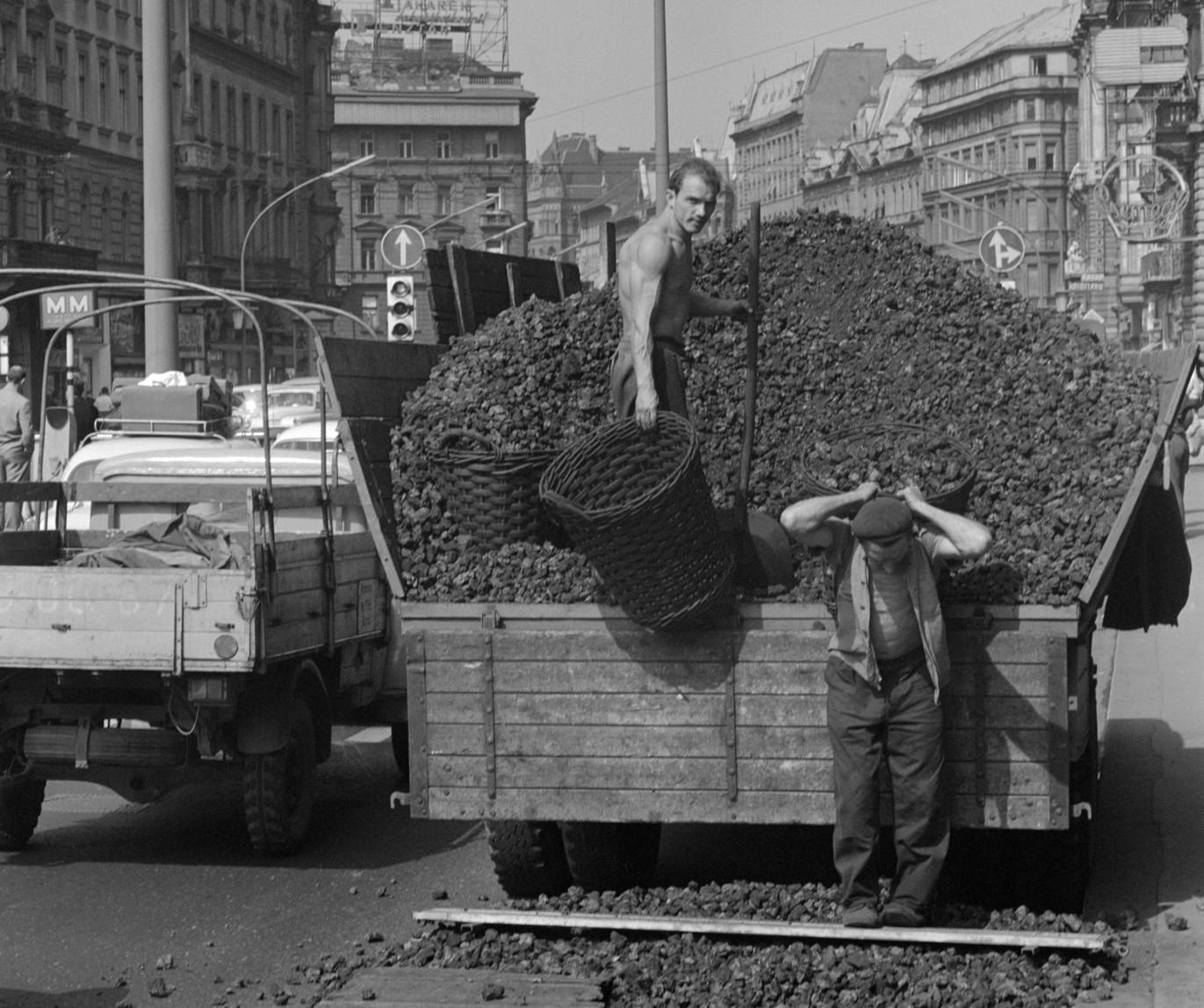 Budapest, 1968. szeptember 11. A szenesemberek kosárral hordják a kokszot a teherautóról a Nagykörút és Rákóczi út sarkán lévő egyik házba. MTI Fotó: Fényes Tamás
