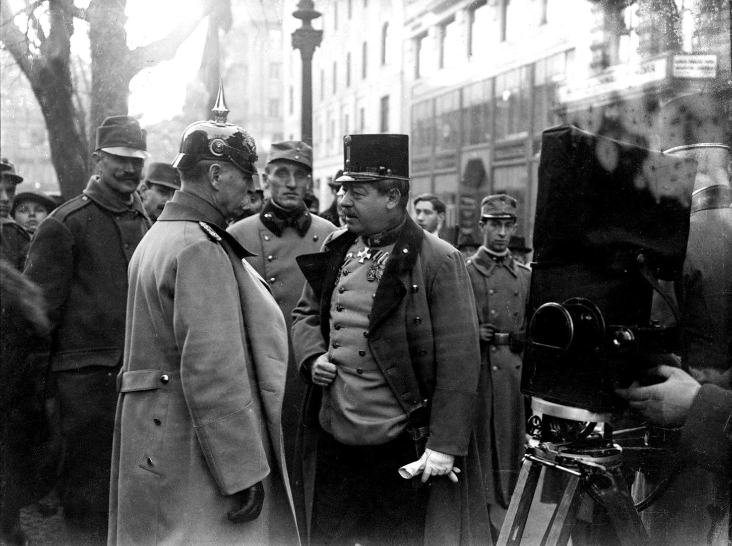 Bécs, 1917 Erich Friedrich Wilhelm Ludendorff (b), a német hadsereg főparancsnok-helyettese és Arz Artúr von Straussenburg (j), az Osztrák–Magyar Monarchia haderőinek vezérkari főnöke Bécsben azután, hogy mindkét hadvezetésben változás történt 1917 elején. MTI Fotó: Reprodukció