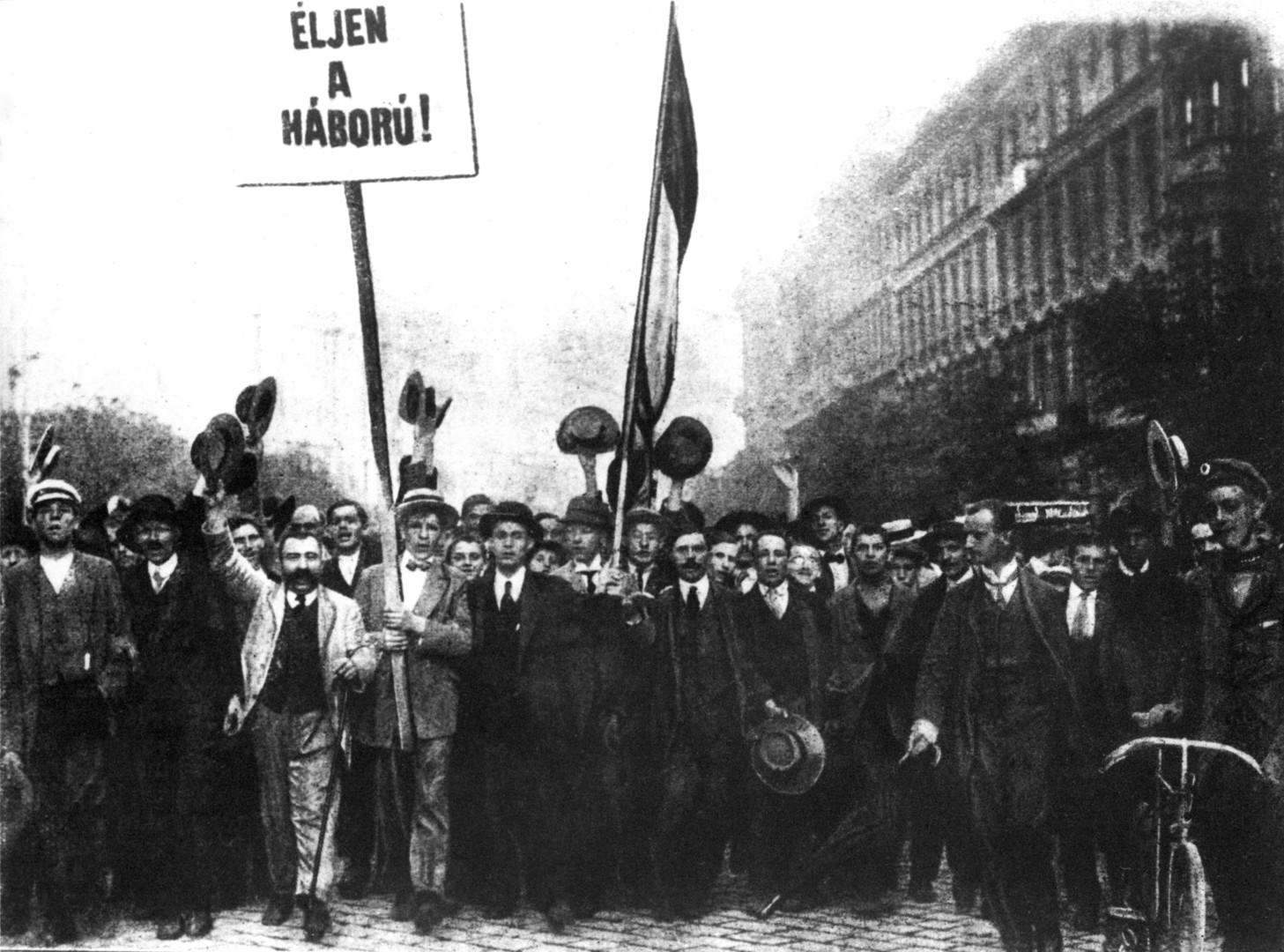 Budapest, 1914. augusztus Háborút éljenzők felvonulása az I. világháború kitörésekor. A felvétel készítésének pontos napja ismeretlen. MTI Fotó: Reprodukció