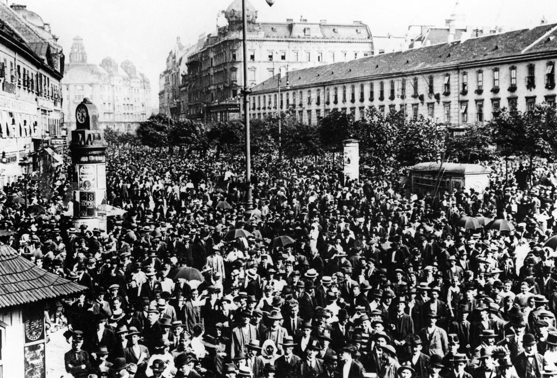 Budapest, 1917. június 8. Negyedmillió ember tüntet a fővárosban rendezett háborúellenes demonstráción. Ezen a napon nemcsak a munkások tették le a szerszámot, hanem zárva voltak a kávéházak, vendéglők és üzletek is. A háború elleni tüntetés mellett a tömeg Tisza István miniszterelnök májusi lemondását is ünnepelte. MTI Fotó: Reprodukció