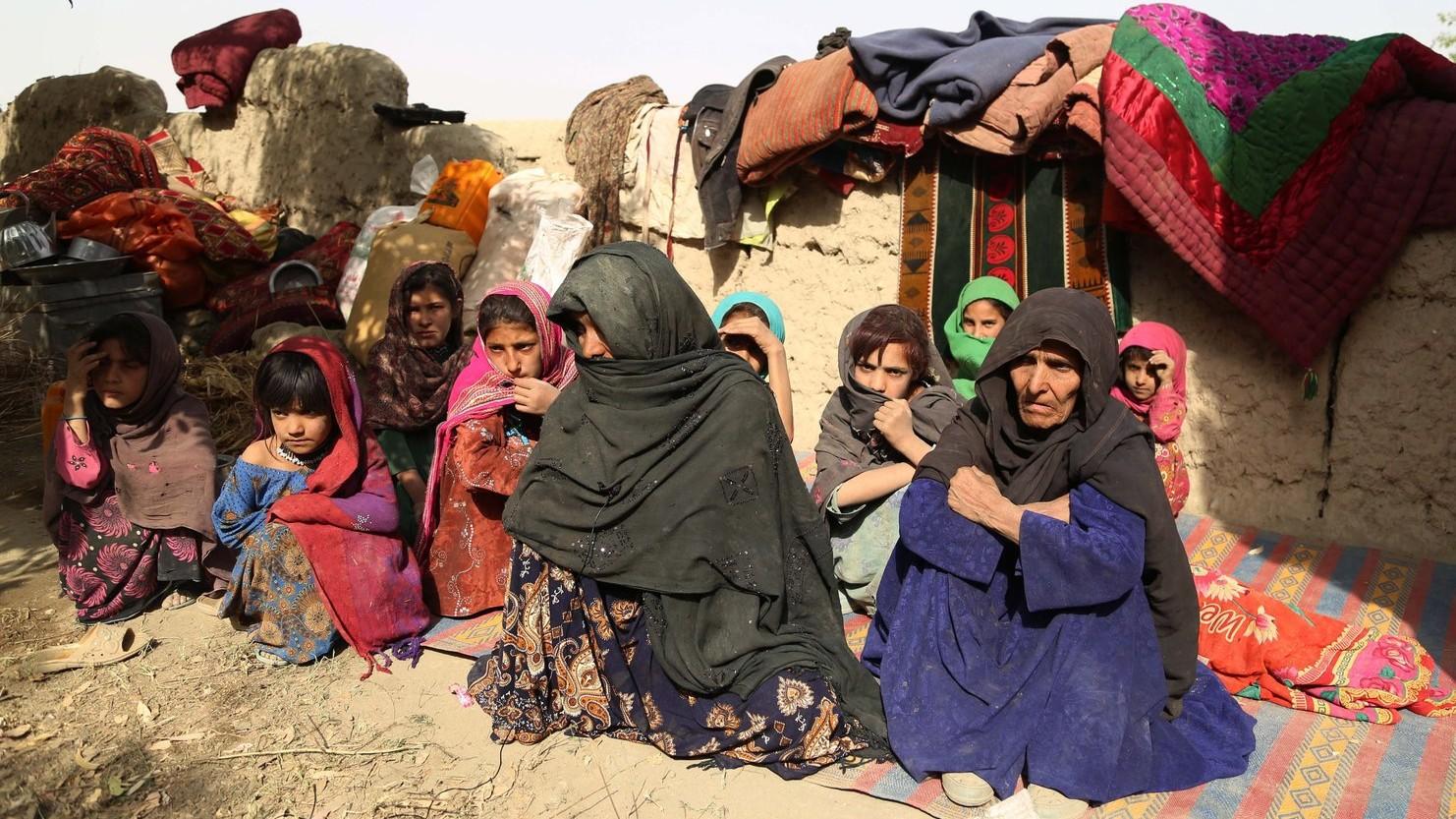 Afgán asszonyok és gyerekek egy fal tövében a kelet-afganisztáni Nangarhar tartományban – képünk illusztráció (Fotó: MTI/EPA/Gulamulla Habibi)