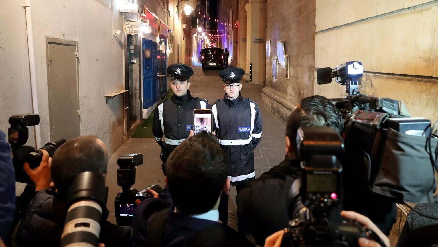 Rendőrök a meggyilkolt Daphne Caruana Galizia máltai újságírónő ügyében eljáró bíróság épületénél Vallettában 2017. december 5-én (Fotó: MTI/EPA/Domenic Aquilina)