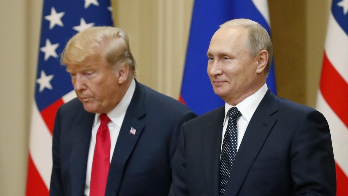 Donald Trump amerikai elnök és Vlagyimir Putyin elnök orosz államfő a kétoldalú megbeszélésüket követő sajtótájékoztatón a finn elnöki palotában, Helsinkiben 2018. július 16-án (Fotó: MTI/EPA/Anatolij Malcev)