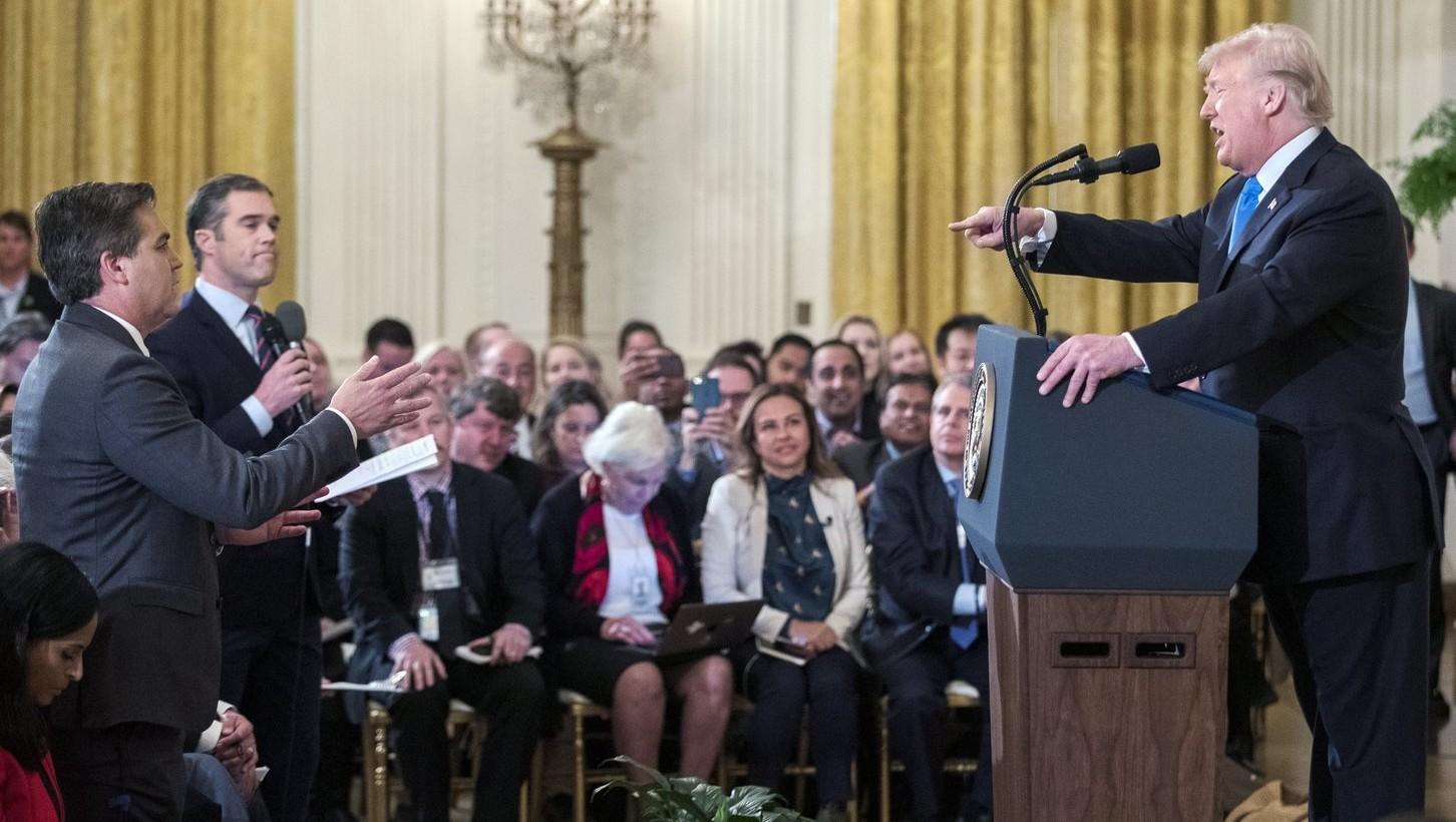 Donald Trump amerikai elnök Jim Acosta CNN-tudósítóhoz beszél sajtótájékoztatóján a washingtoni Fehér Házban 2018. november 7-én (Fotó: MTI/EPA/Erik S. Lesser)