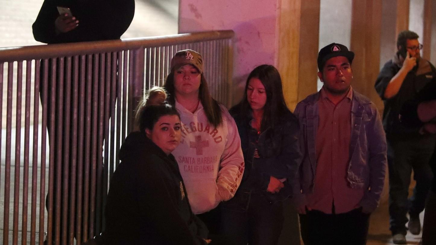 Fiatalok a dél-kaliforniai Thousand Oaks városban lévő Borderline Bar & Grill nevű szórakozóhely közelében, ahol lövöldözés történt 2018. november 8-án (Fotó: MTI/EPA/Mike Nelson)