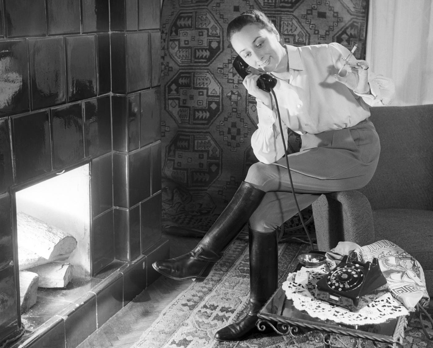Budapest, 1954. december 15. Modell pózol egy új, formatervezett telefonnal az Elektroimpex új telefonkatalógusának fotózásán, egy műteremként használt polgári lakásban. MTI Fotó/Magyar Fotó: Sziklai Dezső
