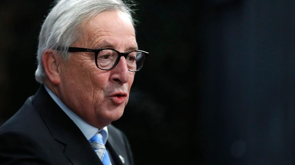 Ismét furcsán viselkedett Juncker