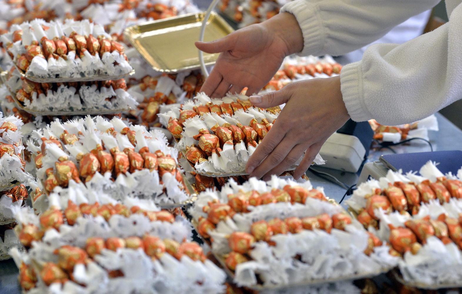 Elkészült szaloncukrokat csomagolnak a Szamos Marcipán Kft. pilisvörösvári üzemében 2013. december 9-én. MTI Fotó: Máthé Zoltán