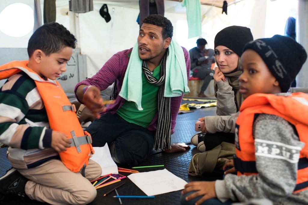 Tíz embert engedtek partra szállni az olasz vizekről kitiltott civilhajóról