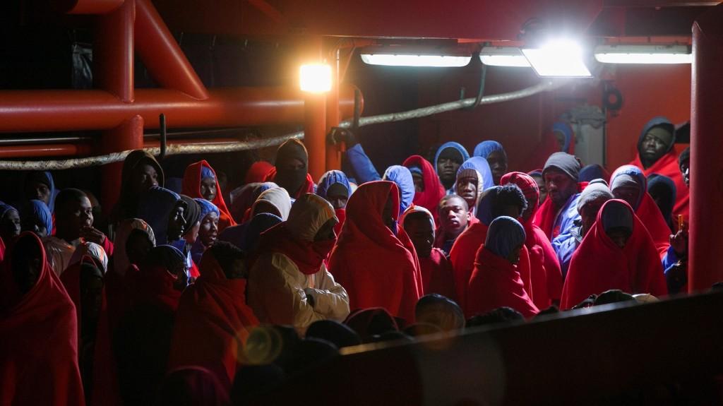 A civil hajók akaratlanul  is segíthetik az embercsempészeket