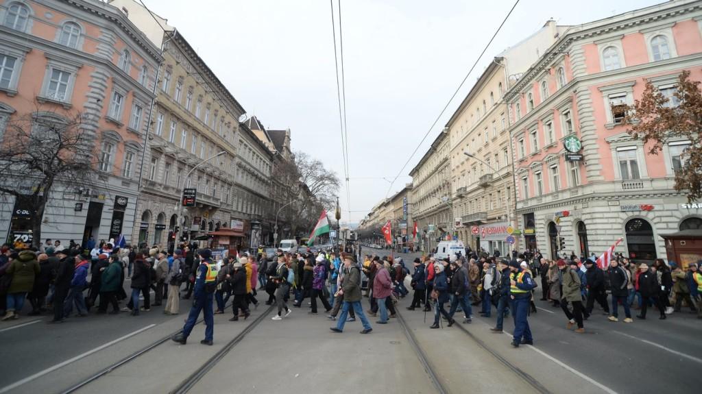 A munka törvénykönyvének módosítása ellen tüntetnek