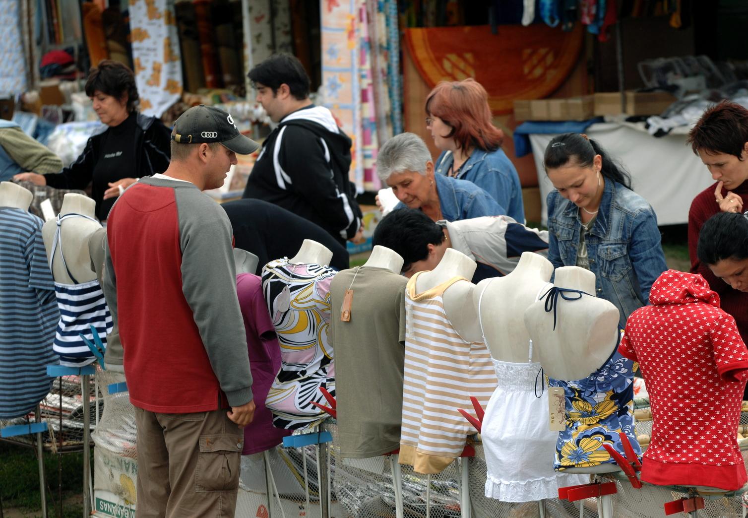 Vásárnapot tartottak Sülysápon, ahol több mint félszáz kereskedő kínálta különféle portékáit. MTI Fotó: H. Szabó Sándor