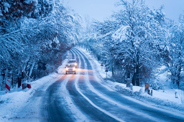 Behavazott úton haladnak személyautók a Hargitán az erdélyi Szentegyháza közelében 2019. január 11-én. MTI/Veres Nándor