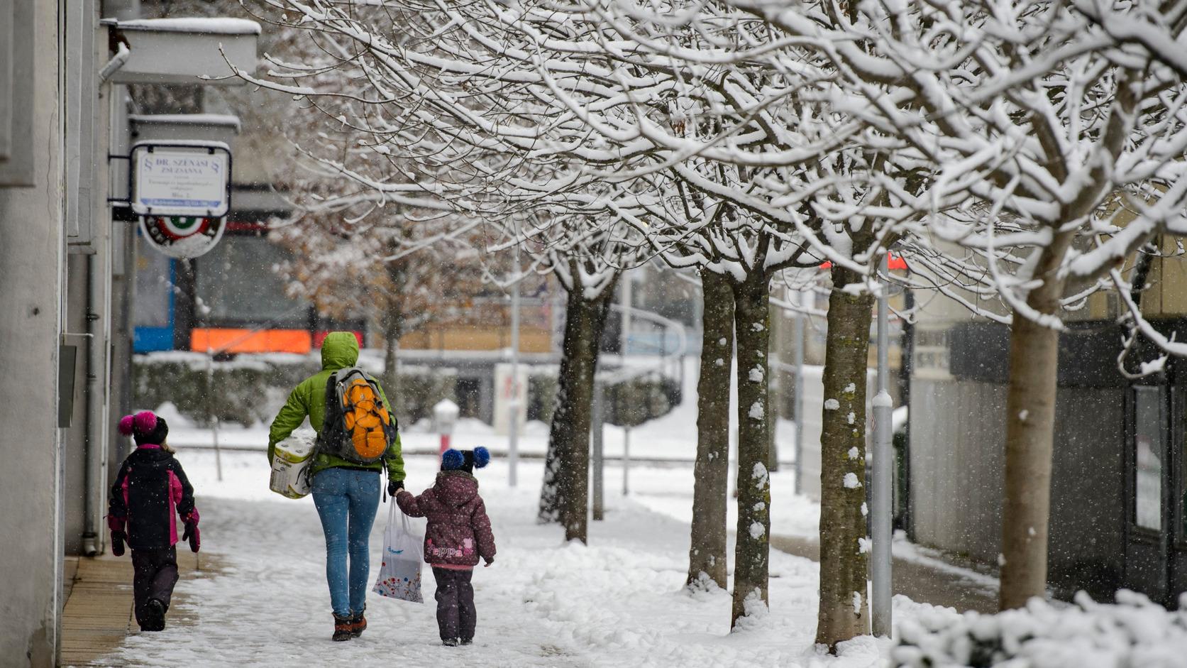 Járókelők a behavazott utcán Salgótarjánban (Fotó: MTI/Komka Péter)
