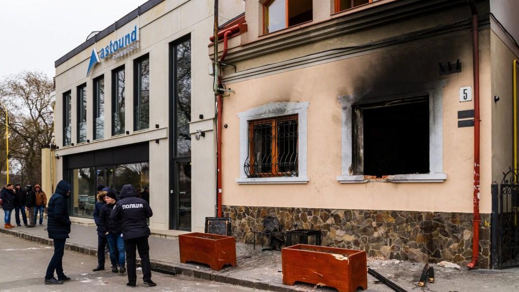 Megkezdődött a KMKSZ-székház felgyújtásával gyanúsítottak pere