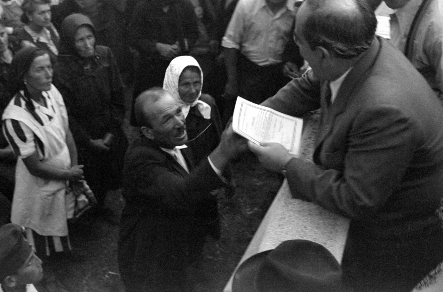 Nagy Imre, a Magyar Kommunista Párt Központi Vezetőségének tagja földosztási birtokleveleket ad át a Nemzeti Segély kecskeméti gyermekotthonának avatási ünnepségén 1947-ben (Fotó: MTI/MAFIRT/Bauer Sándor)