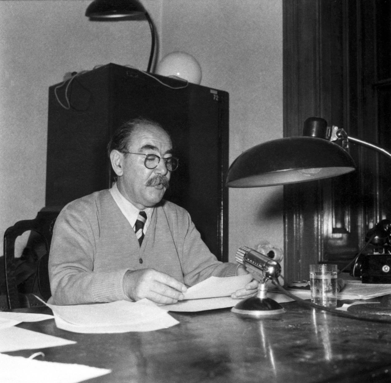 Nagy Imre miniszterelnök rádiónyilatkozata az új kormány megalakulásának napján, 1956. október 28-án (Fotó: MTI/Bojár Sándor)