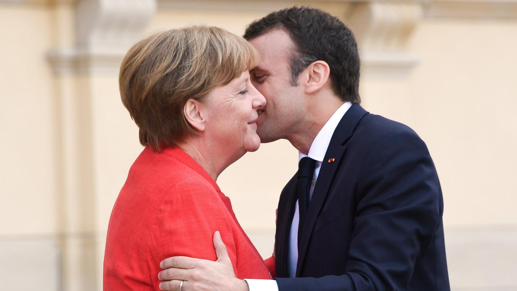 Angela Merkel német kancellár fogadja Emmanuel Macron francia elnököt a berlini Királyi palota építkezésén (Fotó: MTI/EPA/Clemens Bilan)