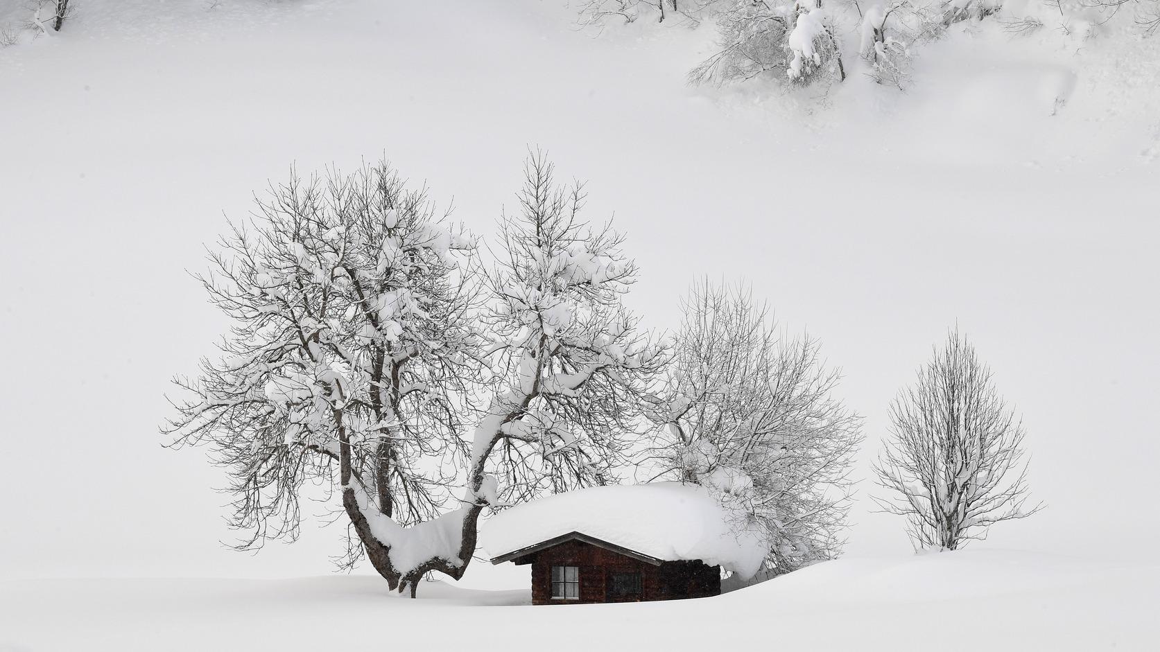 Hó borította kunyhó az ausztriai Filzmoos közelében (Fotó: MTI/EPA/Christian Bruna)