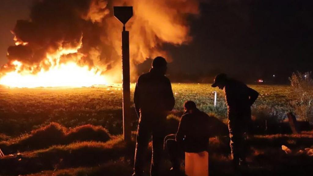 Több százan gyűjtötték az üzemanyagot, amikor a vezeték felrobbant