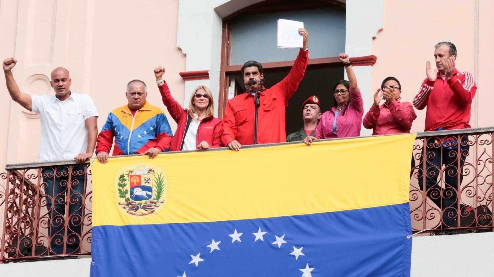 A Miraflores Elnöki Sajtóiroda által közreadott képen Nicolás Maduro venezuelai elnök (k) beszél támogatóihoz Caracasban 2019. január 23-án. Ezen a napon százezrek vonultak utcára Venezuela több nagyvárosában, követelve Nicolás Maduro államfő lemondását, valamint azt, hogy az ellenzéki többségű parlament elnökét, Juan Guaidót nevezzék ki elnöknek.  A kormányellenes tüntetésekben eddig legkevesebb 13-an vesztették életüket. MTI/EPA/EFE/Miraflores Elnöki Sajtóiroda/Marcelo Garcia